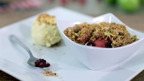 Slow cooker crumble with apples and berries
