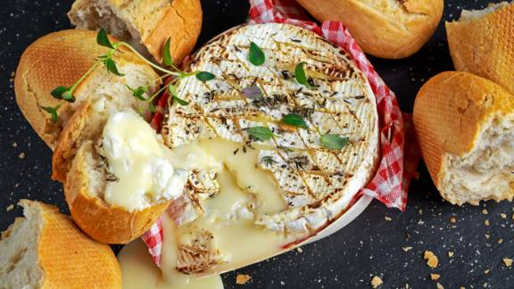 Baked camembert with garlic bread